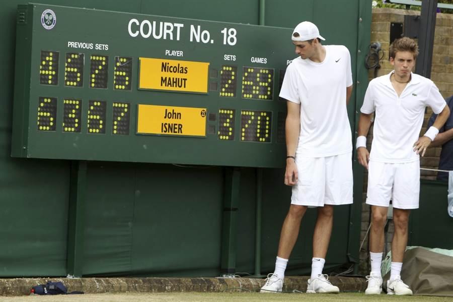2010年溫網,伊斯內爾(左)與馬胡特創下70-68的決勝盤比數。(美聯社資料照)