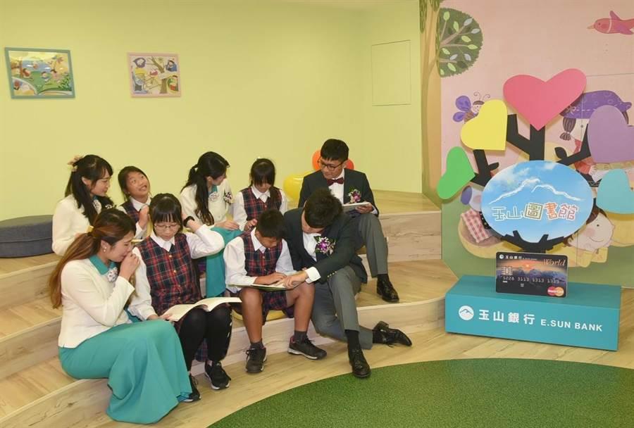 ▲玉山銀行員工在嶄新的圖書館中陪著學童一起閱讀、講故事,場面溫馨。(楊樹煌攝)