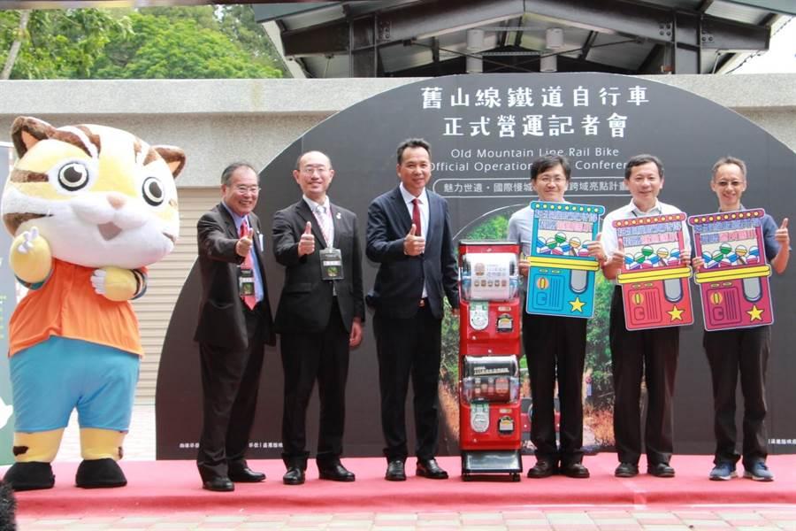 日本信濃鐵道株式會社贈送扭蛋機,內有各式火車樣式磁鐵、吊飾,所得將贈與舊山線沿線3所小學。(何冠嫻攝)