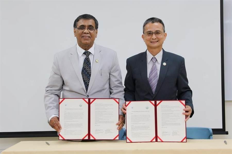 (中興大學國農中心主任黃紹毅(右)與APPARI執行秘書長Ravi_Khetarpal,27日共同簽署合作同意書,正式在興大成立APPARI價值鏈卓越中心。圖/劉朱松)