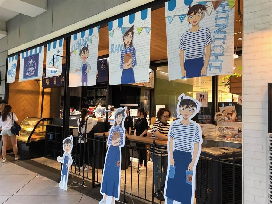 新光三越信義A8快閃至8月15日的名偵探柯南主題CONAN CAFE,有文創品和餐點滿足粉絲。(新光三越提供)