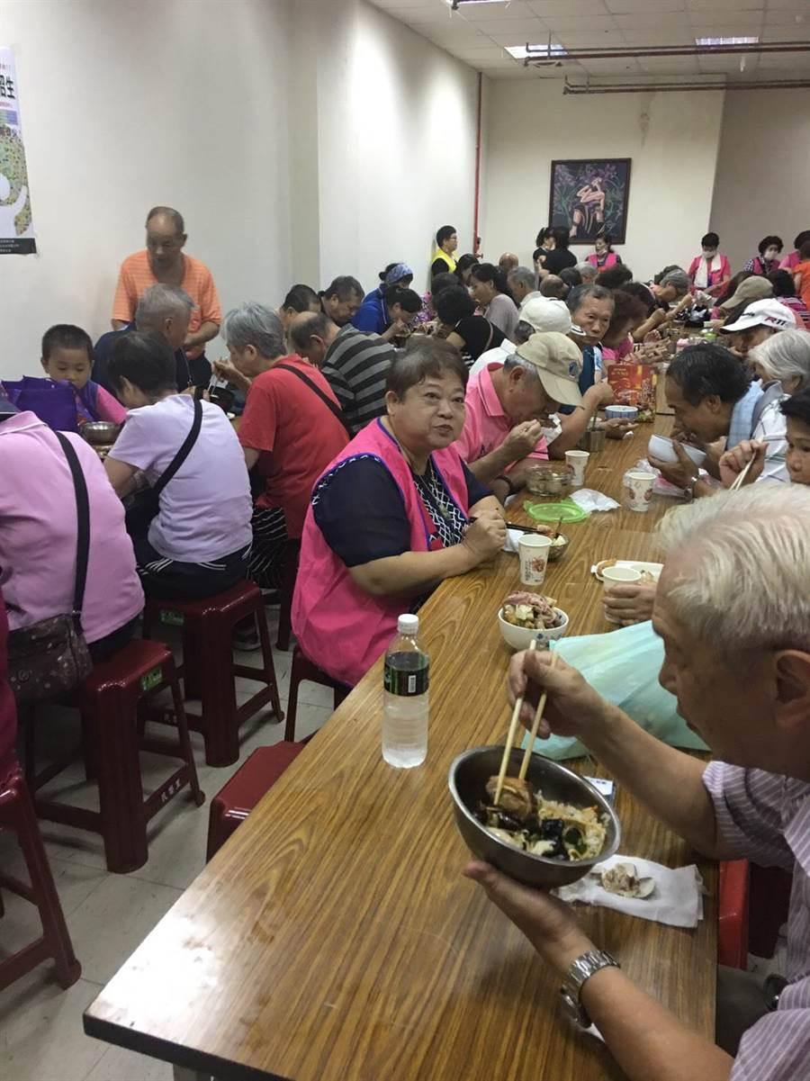 新北市永和區民樂里長潘慶忠27日上午舉辦健康促進活動與銀髮共餐活動。(葉書宏翻攝)
