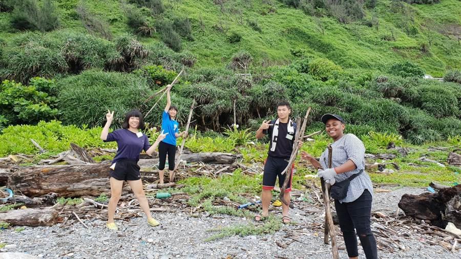 第4屆「牡丹.森里海環境藝術設計營」目前正在東源、旭海、四林、高士、大梅等社區如火如荼進行中,不僅吸引全台近30名大學生參與,坦尚尼亞籍的學生還玩得特別開心。(謝佳潾攝)