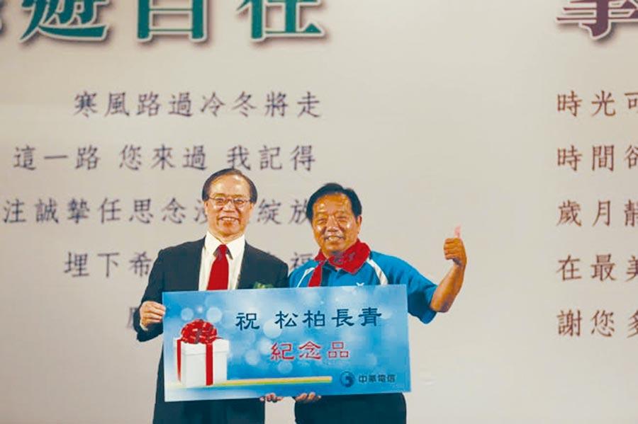 中華電信26日舉辦「108年歡送榮退同仁感恩餐會」,董事長謝繼茂(左)表示,今年對外招募1,600名左右,除帶動公司策略轉型所需,也為該公司蛻變升級儲備人才。圖/中華電信提供