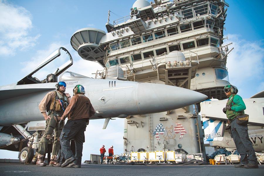 美軍第7艦隊前指揮官擔心,由於現階段美方開了太多戰線,一旦真的和伊朗開戰,美國未必有勝算。(美聯社)