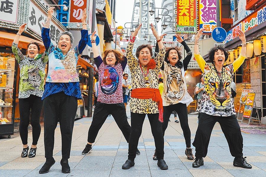 熱情洋溢!大阪迎來G20峰會,一群日本大媽自告奮勇在街頭表演嘻哈舞蹈,吸引眾人目光。(路透)