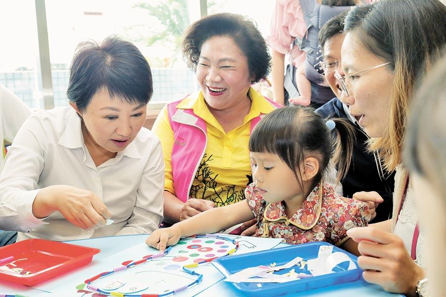 台中市長盧秀燕(左)提出「親子館雙倍增」計畫;她表示,除新建親子館也會利用現有資源擴充設施,4年任期內要讓中市親子館增加至13座,積極增設公托公幼,盼減輕家庭負擔。(林欣儀攝)