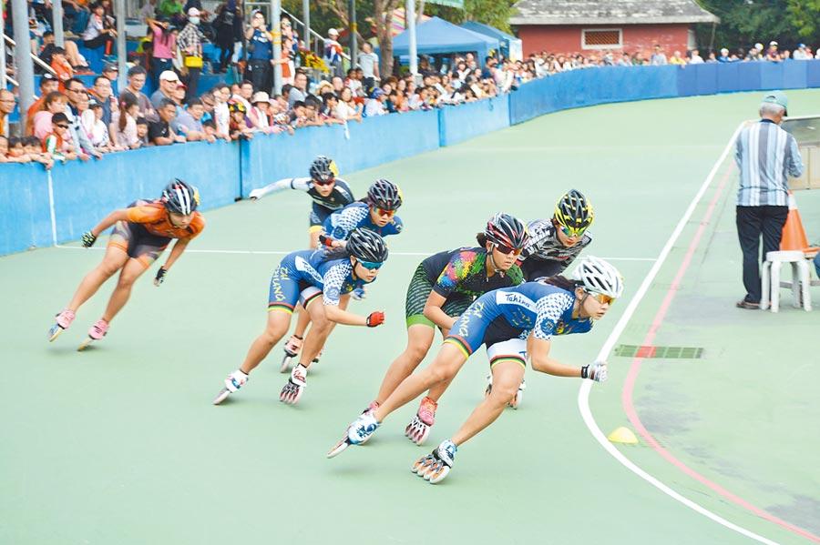 潮州溜冰場預計作為滑輪項目場地,主辦單位也積極引進全國性賽事,進行賽道最後驗收。(林和生攝)