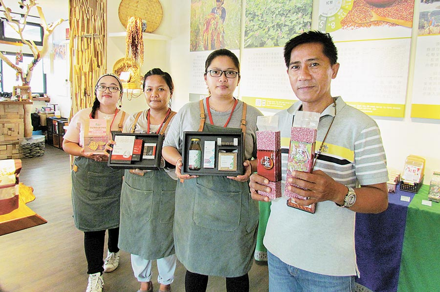 退役神龍曾英志(右一)帶領原民青年推廣紅藜相關產品,藉此發展部落產業與文化。(林和生攝)