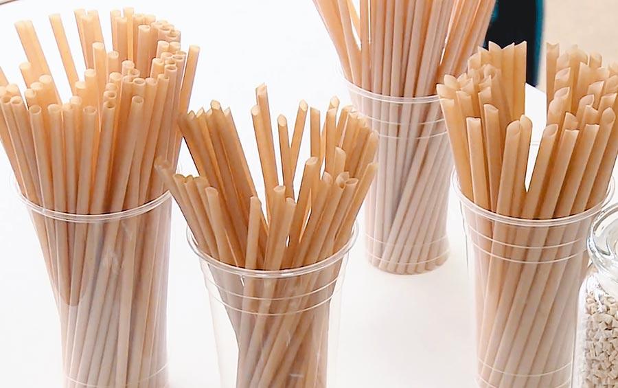 台灣品牌「100%植」甘蔗吸管,由甘蔗渣回收製成,帶有輕甜香味,訴求比紙吸管更適合用來品嘗果汁、汽水。(翻攝影片截圖)