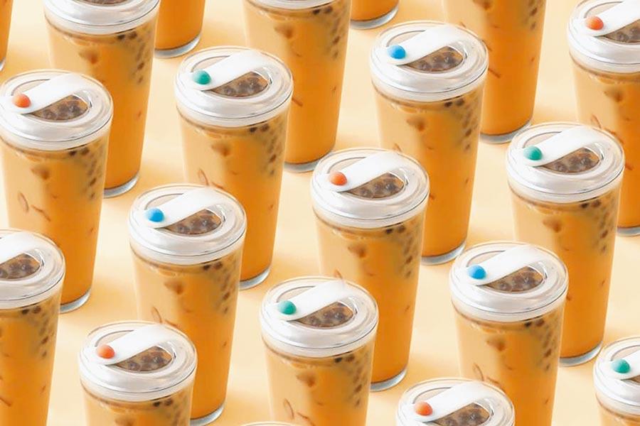 實踐大學學生日前於新一代設計展,展出不需要吸管的手搖茶飲杯,透過內杯改變飲料內容物高低排列,不需使用吸管就能同時喝到茶與配料。(春池計畫提供)