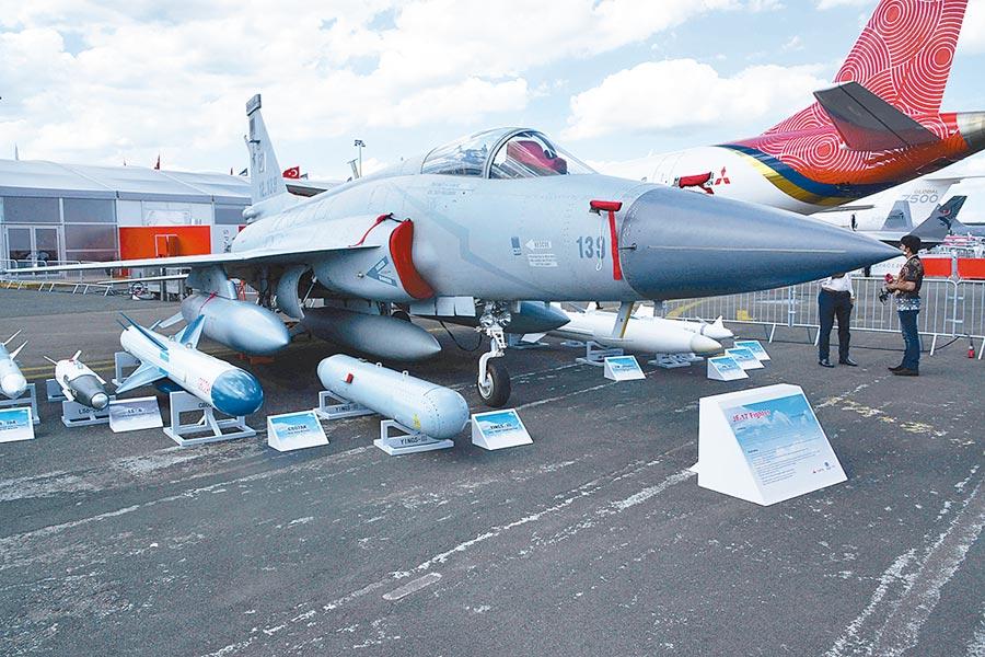 當地時間6月17日,第53屆巴黎航展揭幕,巴基斯坦JF-17型「梟龍」戰機亮相航展。(中新社)