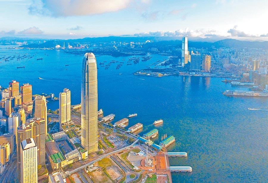 香港維多利亞港兩岸的國際金融中心(左)與環球貿易廣場(右)遙相呼應。(新華社資料照片)