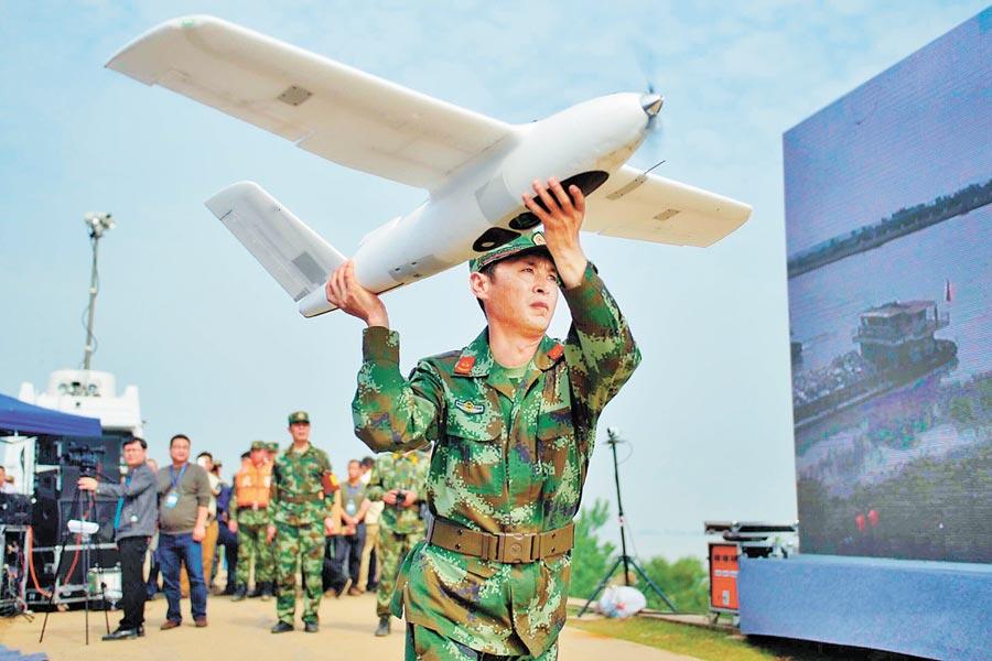江西武警水電部隊戰士放飛固定翼無人機用於巡查防汛險情。(新華社資料照片)