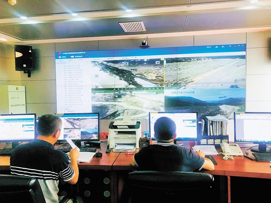 寧夏水利廳防汛抗旱指揮調度系統,工作人員監控汛情變化。(中新社資料照片)
