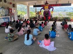 「陸爸爸」背充氣戲偶前進偏鄉 激發學童閱讀興趣
