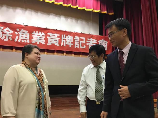 歐洲經貿辦事處處長馬澤璉(Madeleine Majorenko,左)向農委會主委陳吉仲(右)表達恭喜之意。(游昇俯攝)