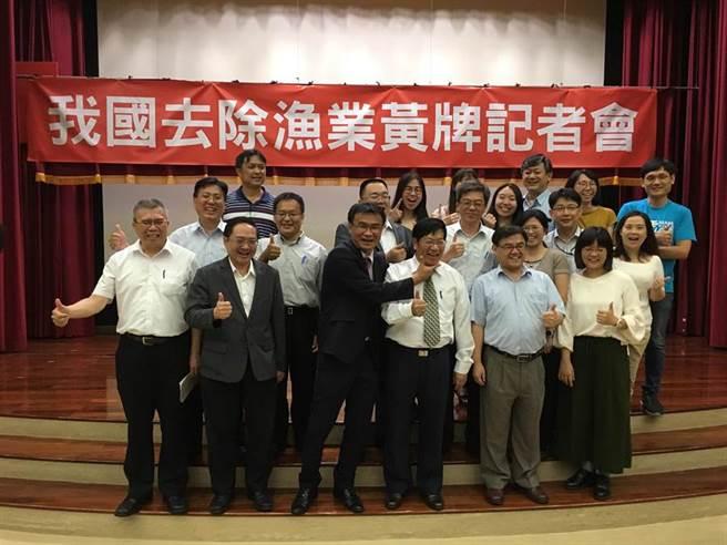 農委會主委陳吉仲(前排左3)與漁業署長黃鴻燕(前排右3)等漁業署同仁開心合影。