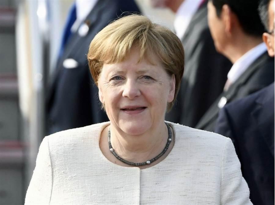 德國總理梅克爾為出席G20大阪峰會,28日上午7點搭專機抵達關西機場。(路透社)