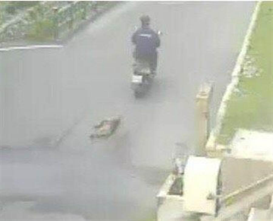 動保處人員行文調閱海巡監視器,發現身著深色上衣的機車騎士,將狗綁在機車後方拖行。(王文吉翻攝)