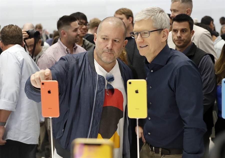 蘋果首席設計師艾夫(左)宣布離開公司自立門戶。(美聯社資料照片)