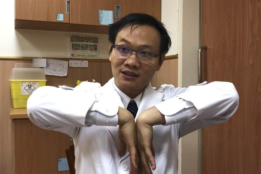 台中慈濟醫院復健科醫師李信賢示範法倫氏檢查理學方法,可自我檢查發現腕隧道症候群。(王文吉攝)