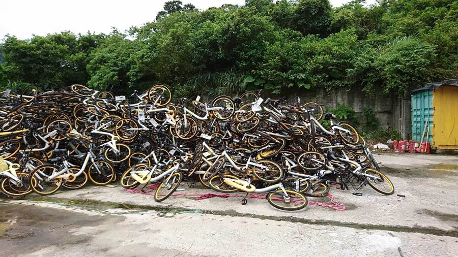 北市交通局展开全面拖吊清除oBike车辆,停满自行车保管场,摆不下甚至还堆置在山猪窟废弃处理场暂放。