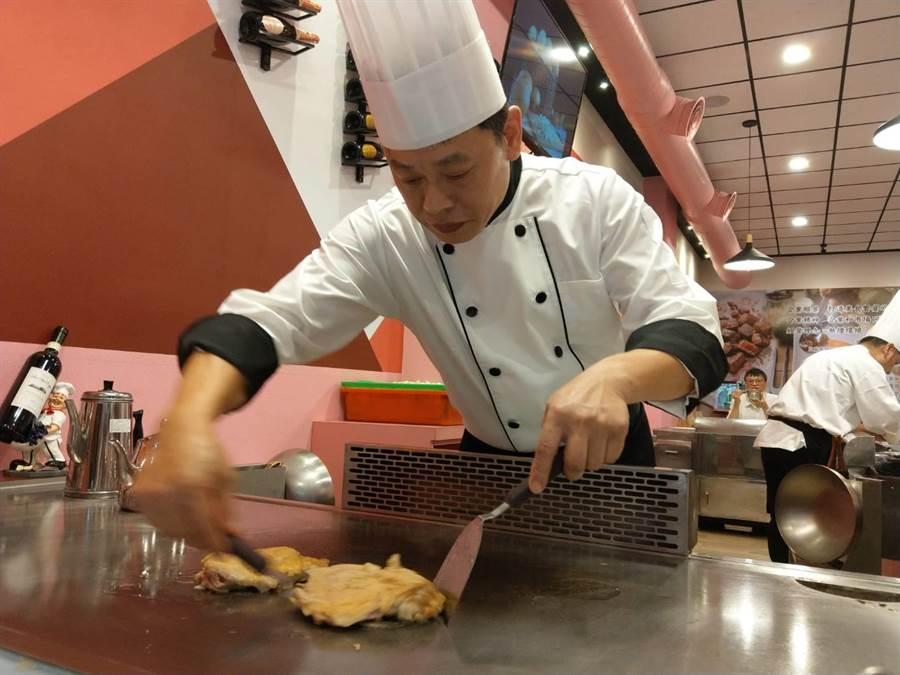 「芙林鐵板燒」師傅處理食材的專注態度,如同創作藝術品。(范振和攝)