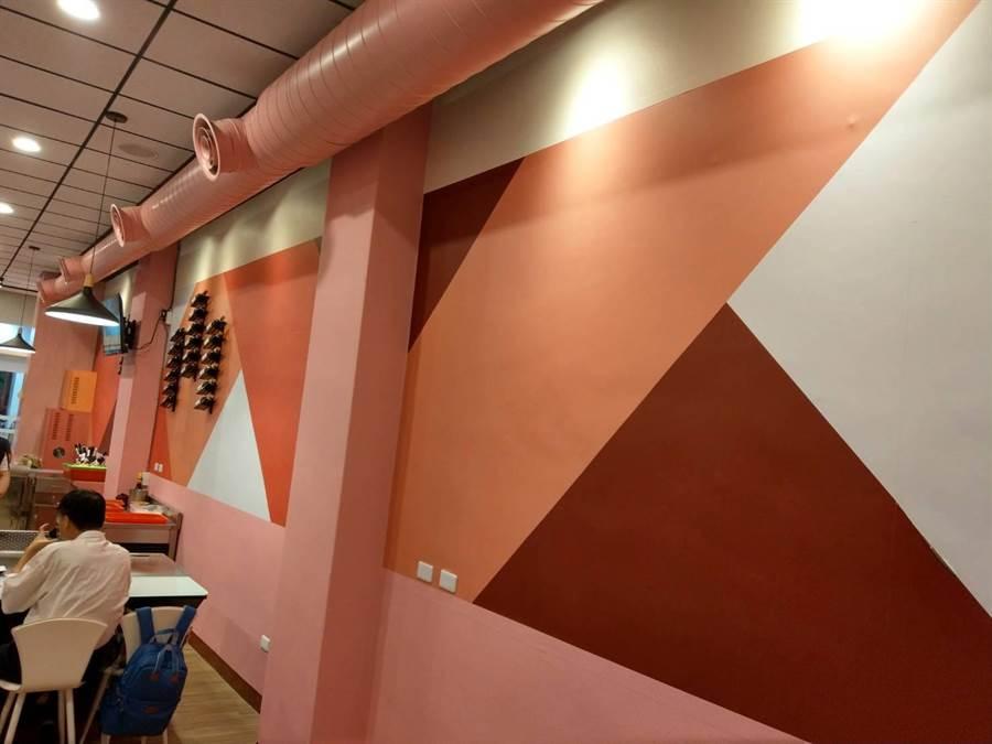 花蓮市「芙林鐵板燒」店內裝潢走粉色系溫馨路線。(范振和攝)