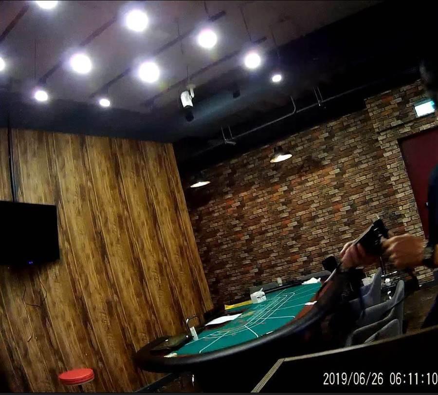 新竹市警局破獲咖啡廳掛羊頭賣狗肉,暗中經營百家樂賭博。(林郁平翻攝)