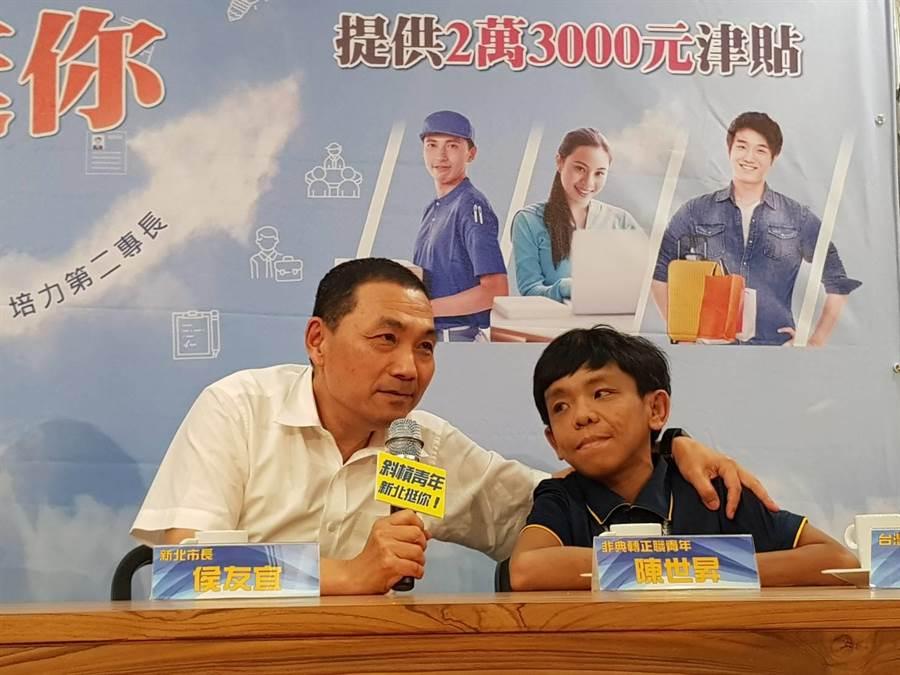 侯友宜與非典行青年就業轉正職成功的陳世昇對話。(譚宇哲翻攝)