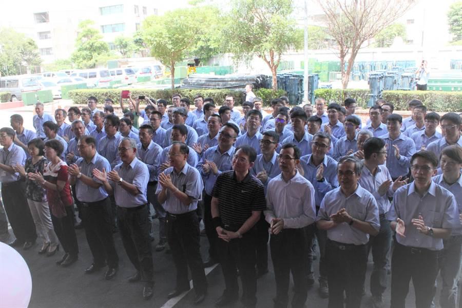 台電彰化工務段施工班正式揭牌成立,25名生力軍拍手。(吳敏菁攝)