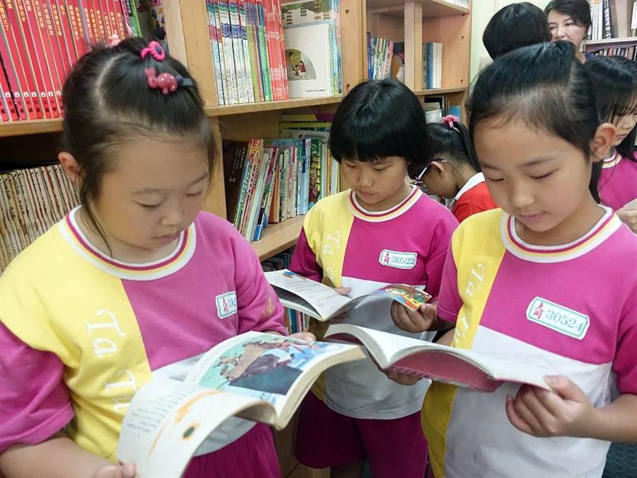嘉義市大同國小學童到白川書苑看書,體驗書式生活。(廖素慧攝)
