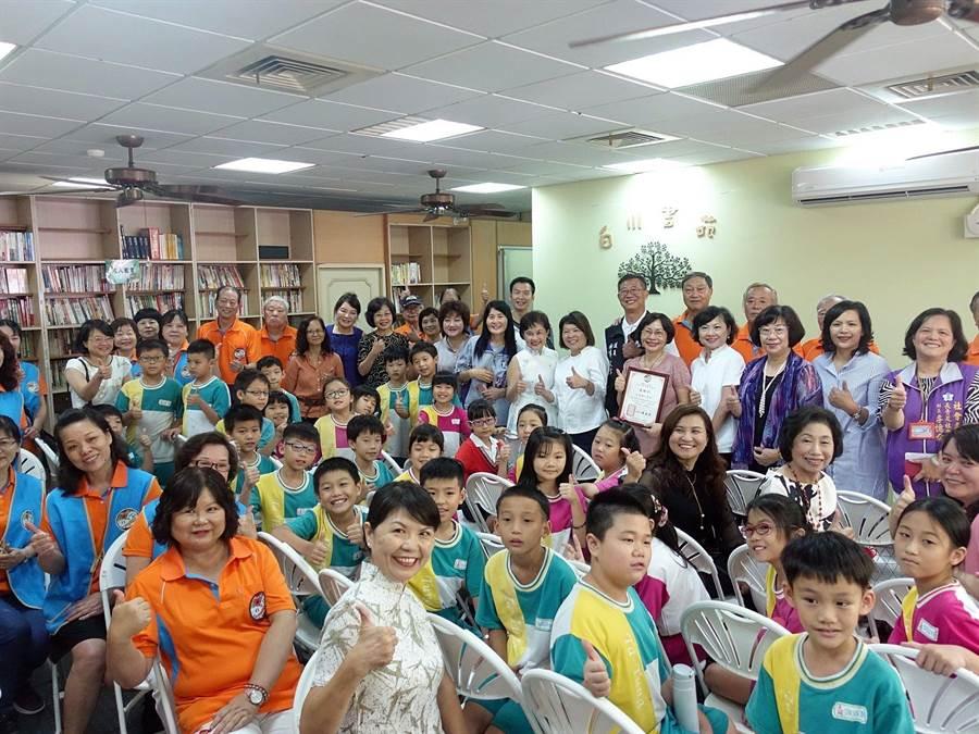 嘉義市白川町「白川書苑」啟用,社區民眾與大同國小學童歡欣鼓舞稱讚。(廖素慧攝)
