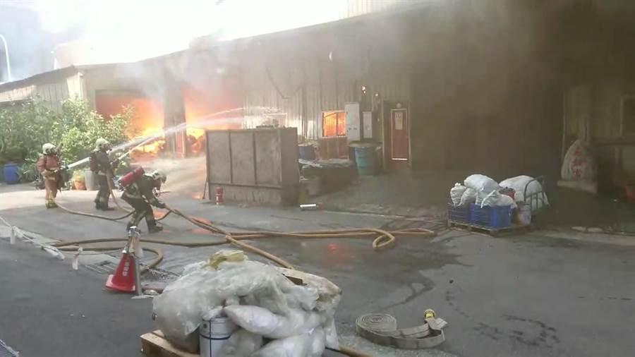 五股區中興路皮革工廠今日下午驚傳火警,燃燒面積超過100坪。(吳亮賢翻攝)