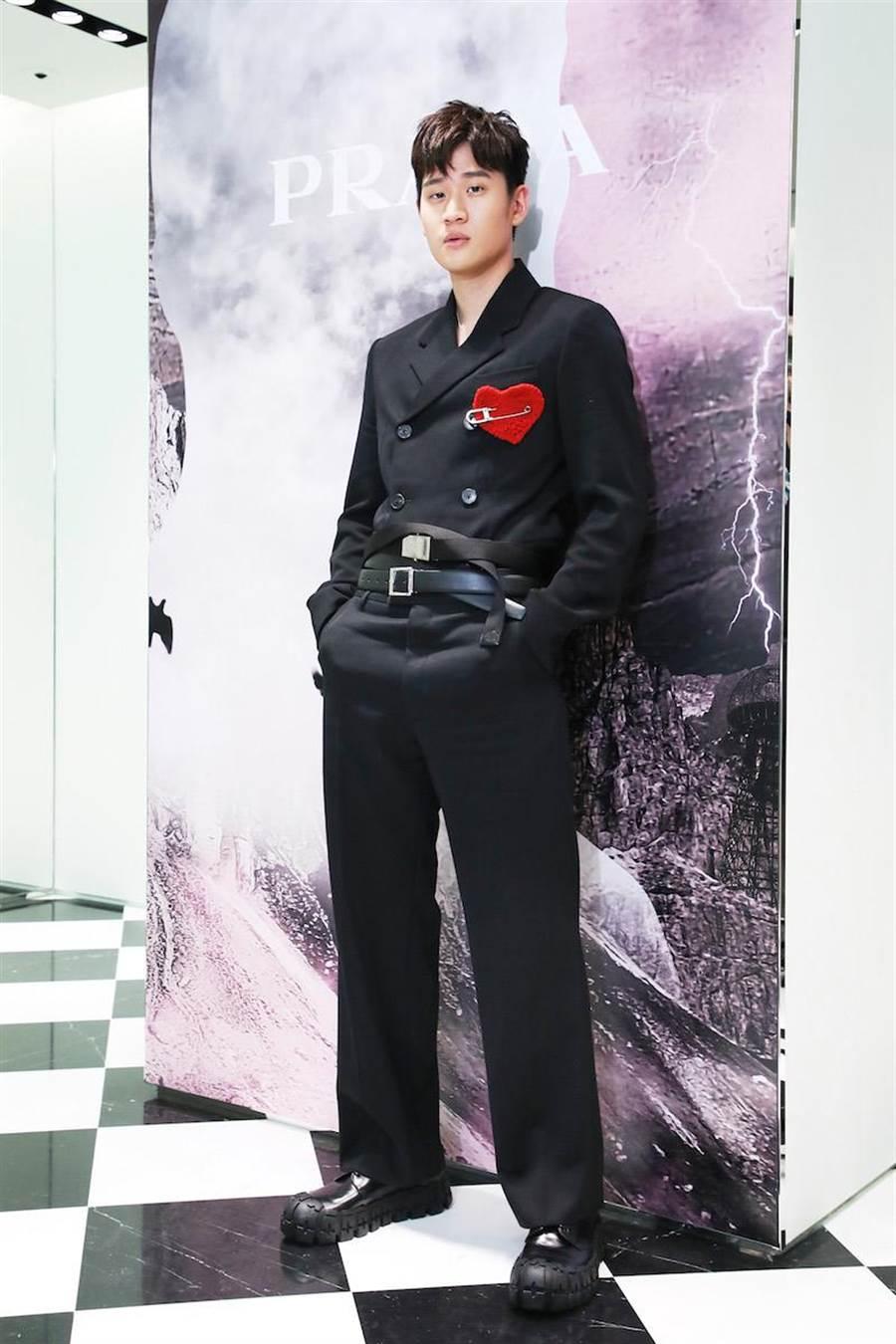 周興哲穿的2019秋冬男裝系列排扣西裝9萬9500元,黑色西裝褲4萬3000元,愛心造型別針1萬4500元。(PRADA提供)