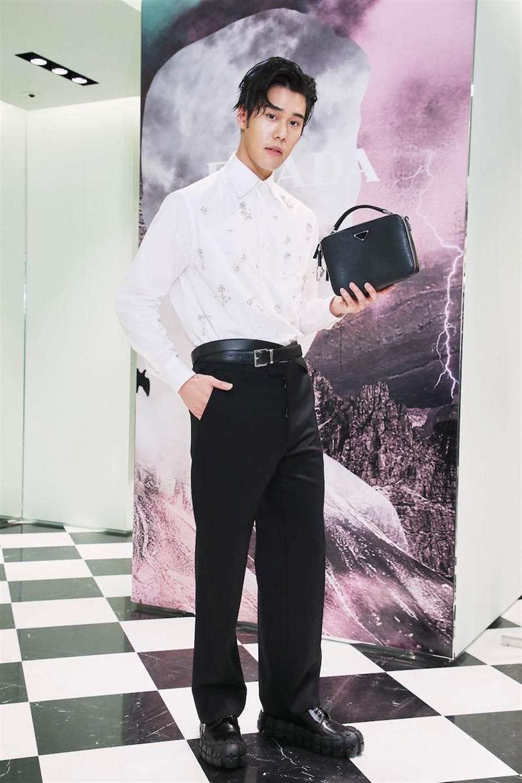 周予天穿的PRADA水晶寶石裝飾刺繡襯衫7萬7000元,黑色西裝褲4萬3000元,黑色輪胎底繫帶皮鞋3萬2500元。(PRADA提供)