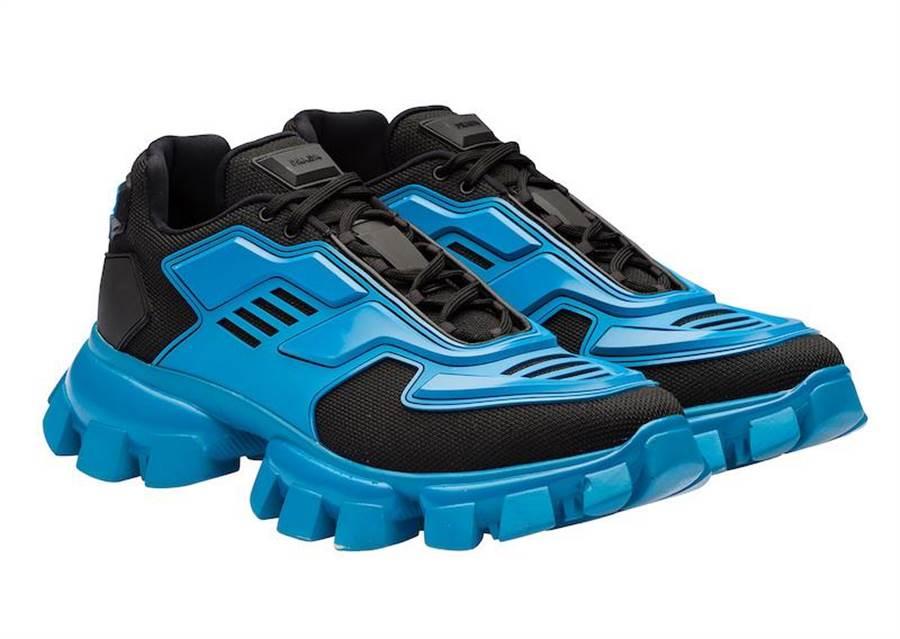 高雄漢神獨家販賣,PRADA Cloudbust Thunder藍色運動鞋3萬7000元。(PRADA提供)