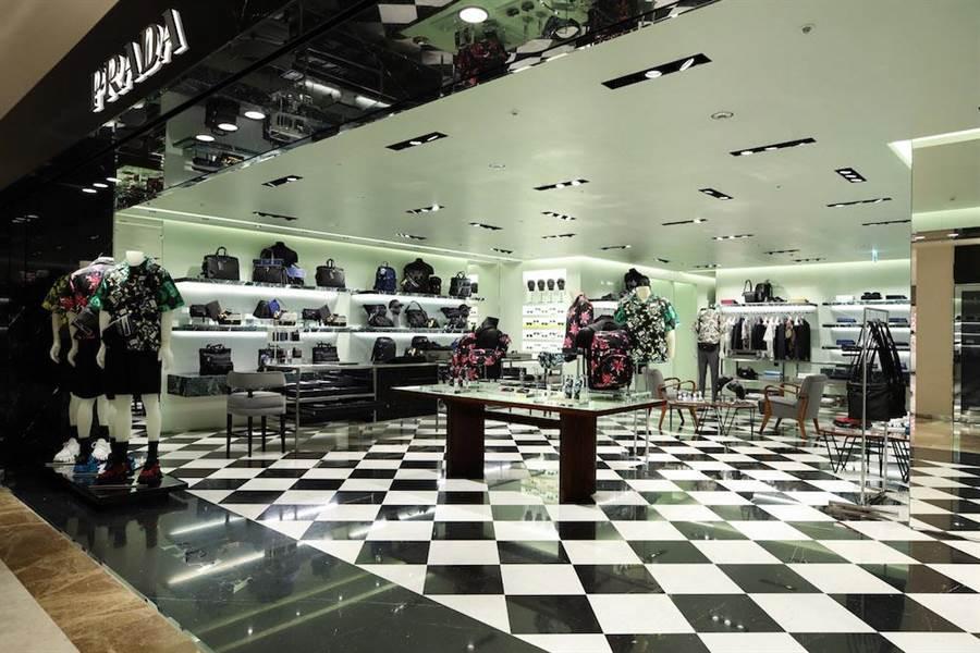 PRADA男女裝店採用PRADA一貫的黑色Marquinia大理石牆面搭配簡約的落地櫥窗,勾勒出奢華精緻的入口意象。(PRADA提供)