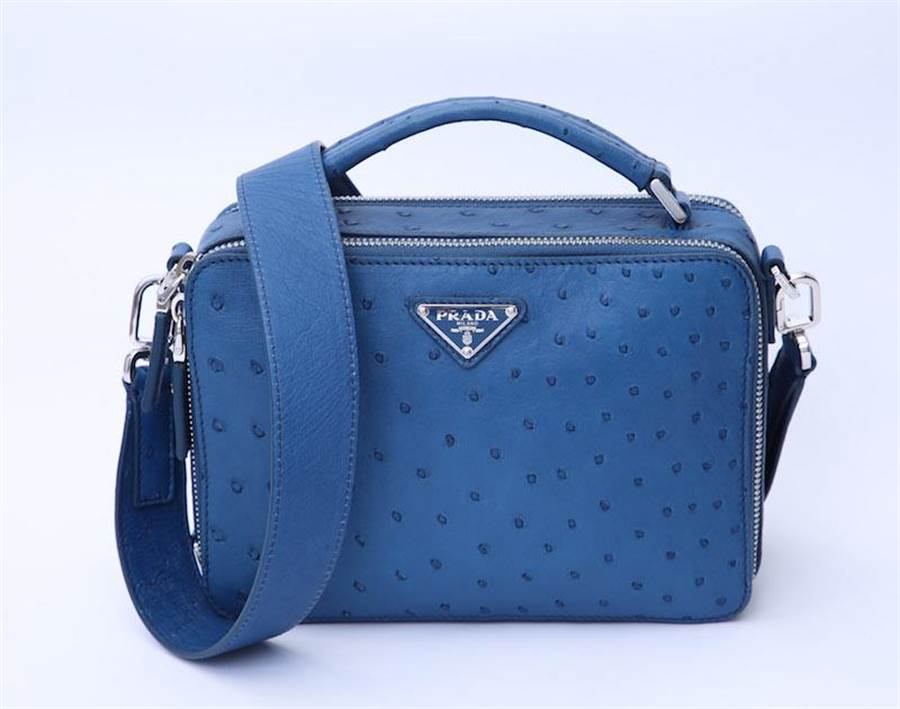 高雄漢神獨家販賣,PRADA藍色鴕鳥皮BRIQUE肩背包(限量1個),16萬7500元。(PRADA提供)