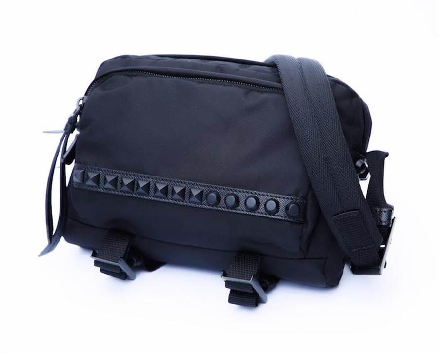 PRADA鉚釘裝飾尼龍肩背包(限量6個),3萬8500元。(PRADA提供)
