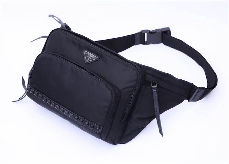 PRADA鉚釘裝飾尼龍腰包(限量4個),3萬4500元。(PRADA提供)
