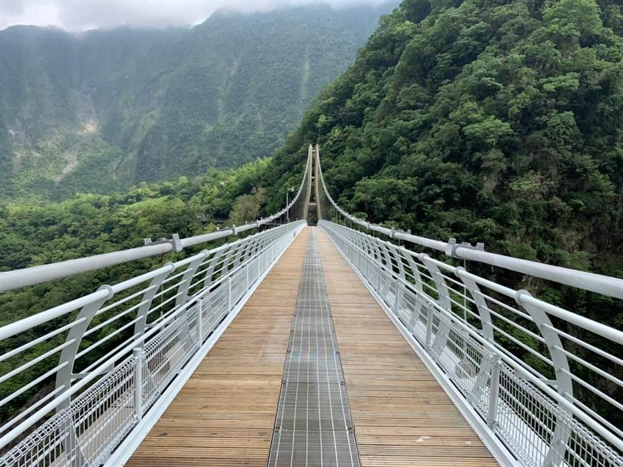 第3代太魯閣山月吊橋,採用鋼筋結構,長200公尺、寬2.5尺。(太管處提供)
