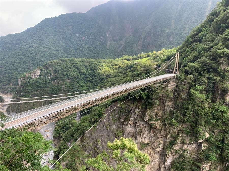 太魯閣山月吊橋,採用鋼筋結構,長200公尺、寬2.5尺,避開舊有橋台另闢新橋台建置,距溪谷150公尺高,為國內深跨比最大、挑戰性最高的峽谷吊橋。(太管處提供)