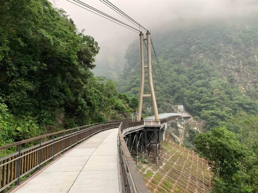 山月吊橋目前正進行周圍景觀縫合、遊客管制引導及無障礙服務設施等工程,進度接近5成,預計年底完工。(太管處提供)