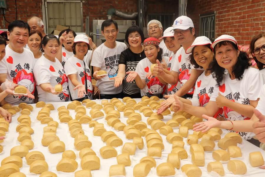 泰山區志工協會手作饅頭助弱勢 ,5年超過10萬顆。(吳亮賢翻攝)