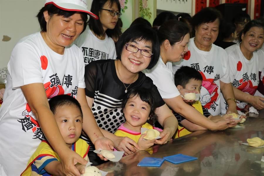 社會局長張錦麗和志工們一起開心做饅頭。(吳亮賢翻攝)
