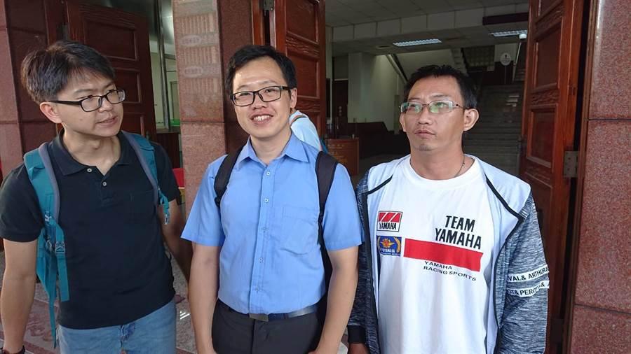 謝志宏(右1)在辯護律師涂欣成(中)陪伴下步出法院,說明自己確實沒殺人,有信心自己無罪。(程炳璋攝)
