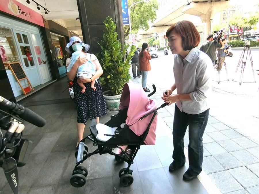 王媽媽帶著小孩搭公車,嬰兒車右輪竟被公車車門夾斷,台中市議員陳淑華(左)籲市府要求公車業者教育訓練要落實,勿重演驚險的搭公車意外。(盧金足攝)