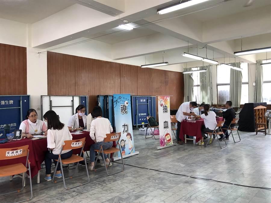 台南市教育局全國首創為所屬學校教職員工辦理全市巡迴健康檢查,實施對象包含全市287所市立高國中小(含幼兒園)及教育局所屬教職員工,總計1萬5000人受惠。(曹婷婷攝)